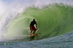 Favorable persona que practica surf Liam Mcnamara en los tazones de fuente imagenes de archivo