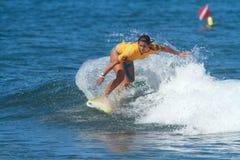 Favorable persona que practica surf Liza Caban Imagen de archivo