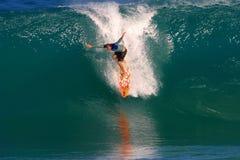 Favorable persona que practica surf, Ross Williams que practica surf en el Backdoor Foto de archivo