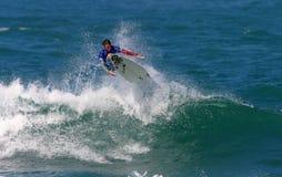Favorable persona que practica surf Timmy Curran en Hawaii Imagen de archivo