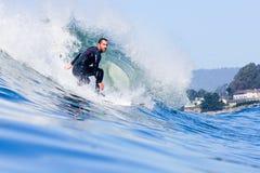 Favorable persona que practica surf Tyler Fox Riding una onda en California foto de archivo