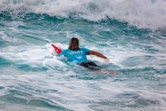 Favorable persona que practica surf Wade Carmichael en la playa Hawaii de la puesta del sol Imagenes de archivo
