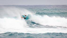 Favorable playa Hawaii de la puesta del sol de la persona que practica surf Fotografía de archivo libre de regalías