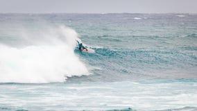 Favorable playa Hawaii de la puesta del sol de la persona que practica surf Imagen de archivo libre de regalías
