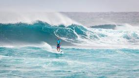 Favorable playa Hawaii de la puesta del sol de la persona que practica surf Foto de archivo libre de regalías