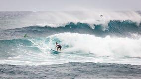 Favorable playa Hawaii de la puesta del sol de la persona que practica surf Imagen de archivo