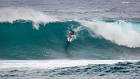 Favorable playa Hawaii de la puesta del sol de la persona que practica surf Foto de archivo