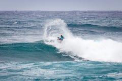 Favorable playa Hawaii de la puesta del sol de la persona que practica surf Fotografía de archivo