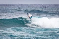 Favorable playa Hawaii de la puesta del sol de la persona que practica surf Fotos de archivo libres de regalías