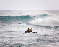 Favorable playa Hawaii de la puesta del sol que practica surf Foto de archivo libre de regalías