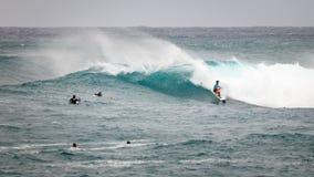Favorable playa Hawaii de la puesta del sol que practica surf Imágenes de archivo libres de regalías