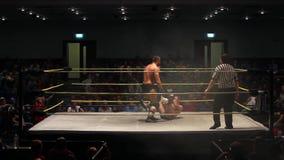 Favorable secuencia del combate de lucha - zambullidas del luchador de la cuerda superior almacen de metraje de vídeo