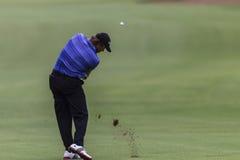 Favorable tiro del hierro de Goosen de golf. Fotos de archivo