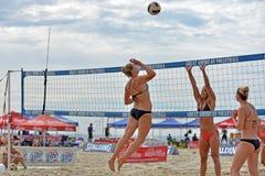 Favorable voleibol de la playa de 2013 mujeres Imagenes de archivo