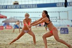 Favorable voleibol de la playa de 2013 mujeres Imagen de archivo