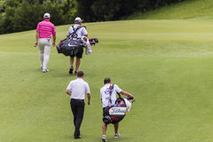 Favorables caddies de los jugadores de golf Imagenes de archivo