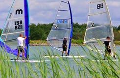 Favorables campeonatos de la regata del windsurf imagenes de archivo