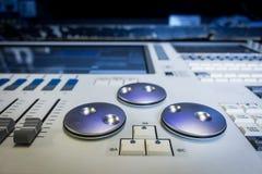 Favorables diseñadores de iluminación que programan la consola, escritorio fotografía de archivo