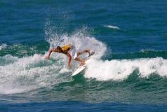 Favorables hierros de Andrés de la persona que practica surf en la competición Foto de archivo