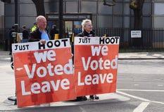 Favorables manifestantes de la licencia de Brexit en el Parliament Square Westminster Londres 28 de marzo de 2019 fotos de archivo