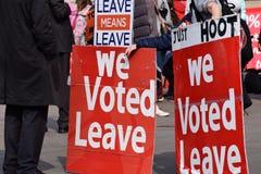 Favorables manifestantes de la licencia de Brexit en Westminster Londres 28 de marzo de 2019 fotos de archivo