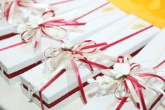 Favores bonitos do casamento envolvidos em umas caixas bonitos Imagens de Stock