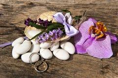 Favori di sarchiatura ed anelli di cerimonia nuziale fotografia stock