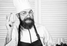 Favoriet voedsel Chef-kokmens in hoed Geheim smaakrecept Gebaarde mensenkok in culinaire keuken, Het gezonde voedsel koken stock afbeeldingen