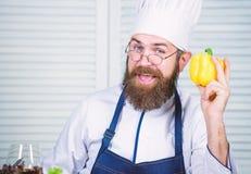 Favoriet voedsel Chef-kokmens in hoed Geheim smaakrecept Gebaarde mensenkok in culinaire keuken, Het gezonde voedsel koken stock afbeelding
