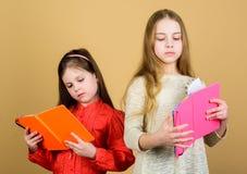 Favoriete fairytale De zusters plukken boeken samen te lezen De aanbiddelijke meisjes houden van boeken Geheime agenda Openingsde stock afbeelding