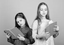 Favoriete fairytale De zusters plukken boeken samen te lezen De aanbiddelijke meisjes houden van boeken Geheime agenda Openingsde royalty-vrije stock afbeelding