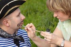 Favoris et barbe de retrait de femme sur le visage de l'homme photo libre de droits