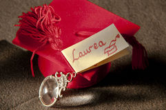 Favoriserar rött för att fira prestationen av slutet av universitetet Fotografering för Bildbyråer