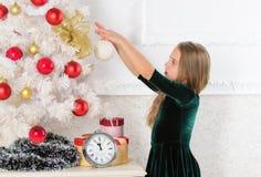 Favorit- dag av året fira santa för modern för hattar för berömjuldottern slitage Få incredibly upphetsad om jul Vänta för träd f royaltyfria bilder