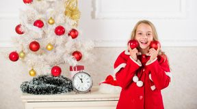 Favorit- dekorera för del Få barn gällt dekorera Flickan som ler framsidahållen, klumpa ihop sig den vita inre för prydnader royaltyfri fotografi