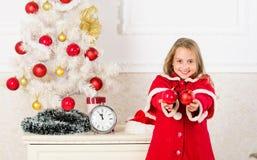 Favorit- dekorera för del Få barn gällt dekorera Hur man dekorerar julträdet med ungen le för framsidaflicka royaltyfri foto