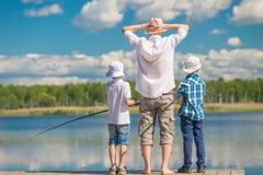 Favorit- hobby av män - fiske på en härlig sjö royaltyfri fotografi