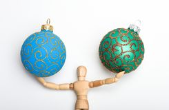 Favorit- julleksak modigt spelrum Trämänniskokroppleksakställning och boll för hålljulgarnering Jul arkivbild