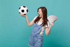 Favorit- lag för extatisk skrikig fotbollsfanservice för ung kvinna med fotbollbollen, fan av pengar i dollarsedlar royaltyfria bilder