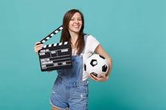 Favorit- lag för glad kvinnafotbollsfanservice med fotbollbollen, klassisk svart film som gör clapperboard som isoleras på royaltyfria foton