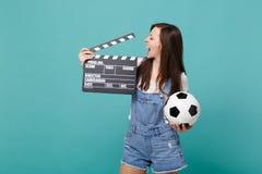 Favorit- lag för gladlynt flickafotbollsfanservice med den klassiska svarta filmen för fotbollboll som gör clapperboard som isole arkivbild