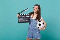 Favorit- lag för härlig fotbollsfanservice för ung kvinna med fotbollbollen, klassisk svart film som gör clapperboard royaltyfria bilder