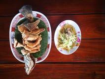 favorit- skaldjur av menyn f?r Thailand gatamat p? stranden royaltyfri bild