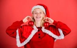 Favorit- tidårsjul Lets att dekorera julträdet Tyck om beröm med dräkten och dekoren Lyckliga kläder för flicka royaltyfri foto