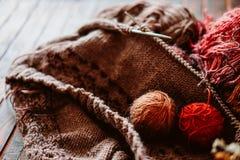 Favorit- vinterpasserandetid Sticka en varm tröja royaltyfria foton