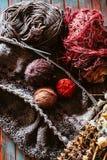 Favorit- vinterpasserandetid Sticka en varm tröja royaltyfria bilder