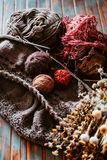 Favorit- vinterpasserandetid Sticka en varm tröja arkivbild