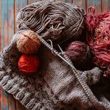 Favorit- vinterpasserandetid Sticka en varm tröja royaltyfri fotografi