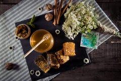 Favos de mel com flores e cartão Imagem de Stock