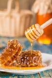 Favos de mel na placa no fundo de madeira Fotografia de Stock